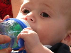 Стоит ли давать новорожденному малышу воду?