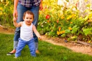 Первые шаги: как помочь ребенку научиться ходить
